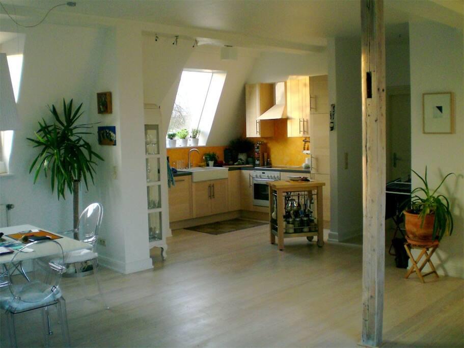 Offene Küche im Hauptraum