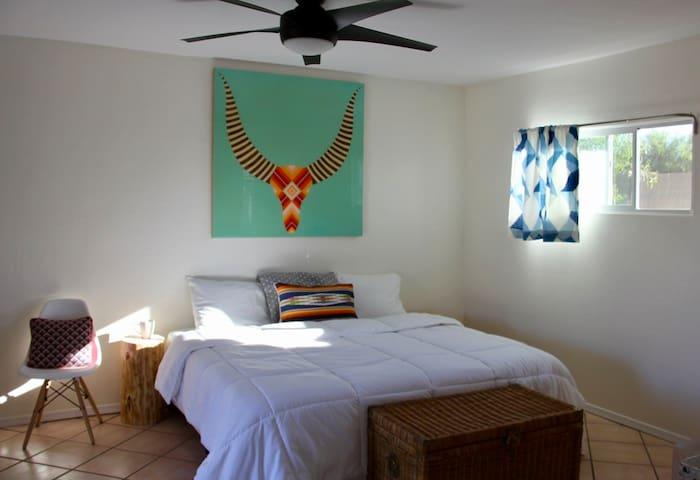 Fan-freakin-tastic Guest House in Central Phoenix!