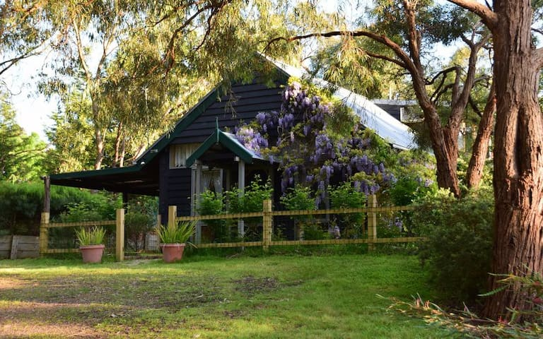 Self Contained eco mudbrick Cottage - Gruyere - Bed & Breakfast