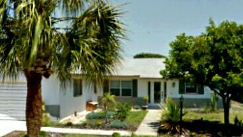 4 BR Quiet Beachside Island life, fully equipped! - Indian Harbour Beach - Hus