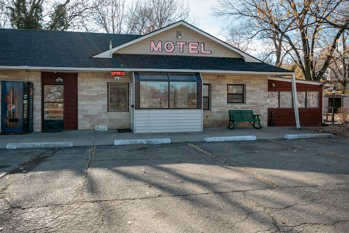 ★ Boutique Roadside Motor Lodge ★ 20 min to KSU! ★
