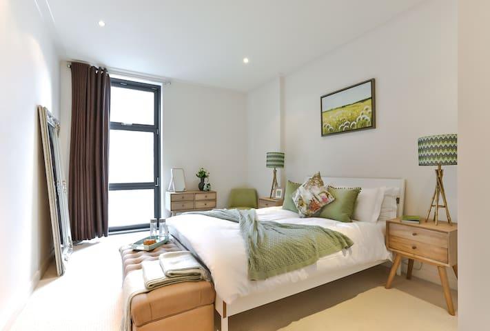 1 Bed | Modern Canary Wharf Apartment | 02W