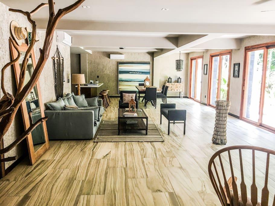 Sala de estar, living room, mesada y ventanales hacia la terraza.