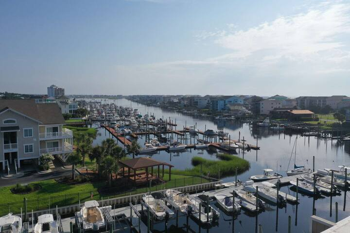 New rental, updated condo, large Pool, Great Water views, Close to Carolina Beach Downtown, Elevator