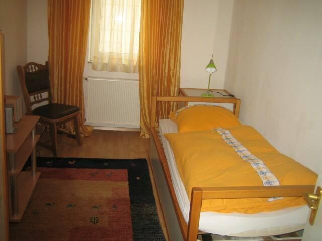 Raum 2 mit einem Bett