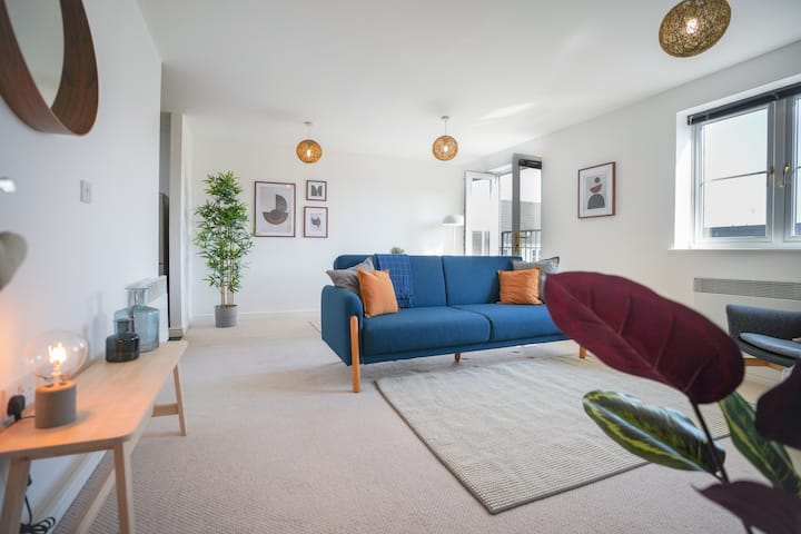 Light and airy open-plan flat w private parking