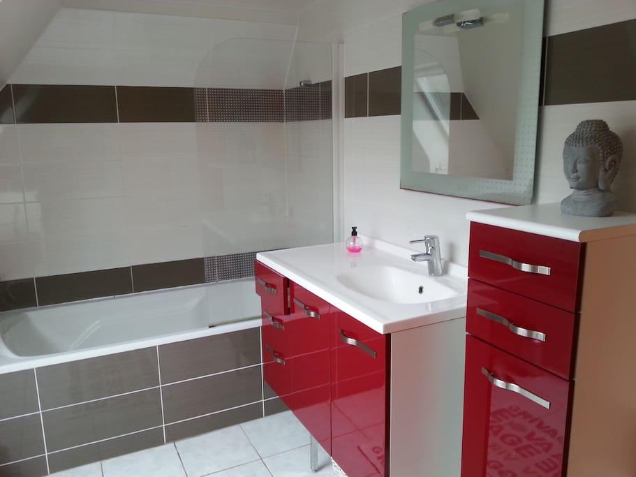 salle de bain lumineuse indépendante hôte