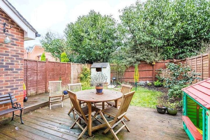 3 bed semi, gated, garage - Englefield Green