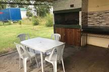 Otra foto del parrillero con mesada y mesa y sillas  de pvc