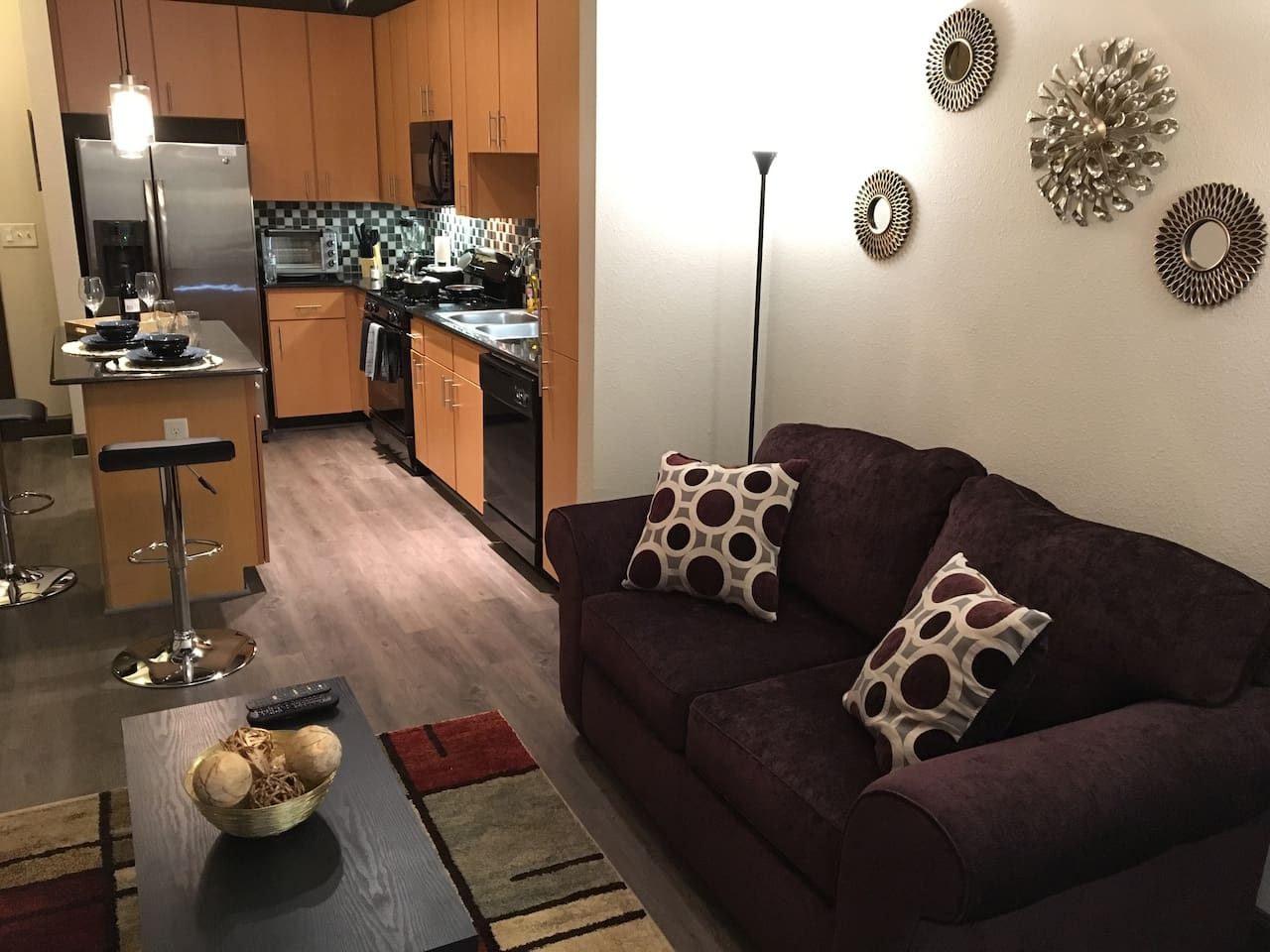 Amazing living room, fast wi-fi, Smart TV,  island dinnig table and everything to give you the best experience!