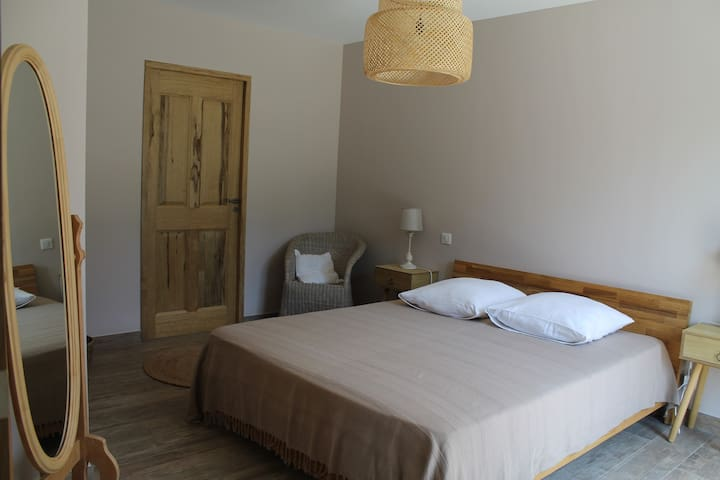 Chambre donnant sur la terrasse avec un lit en 160 (dans le logement attenant)