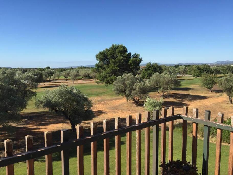 Vistas del Hoyo 10. La casa club de golf visible a unos 100-200 metros desde la casa.