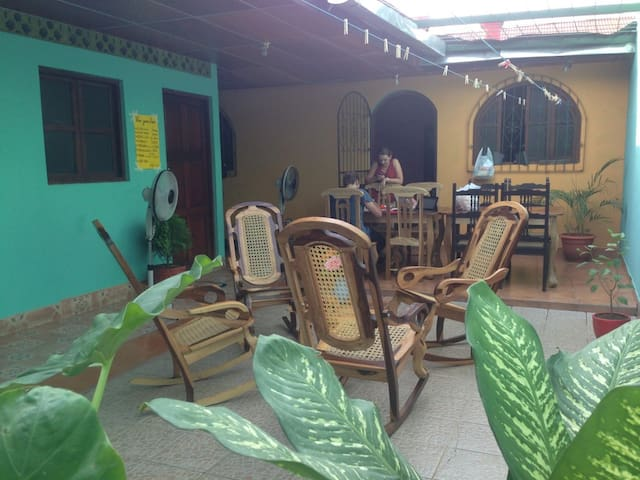 Nice room with fan, patio & the best wifi in town! - León - Townhouse