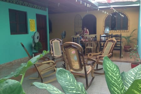 Nice room with fan, patio & the best wifi in town! - León - 连栋住宅