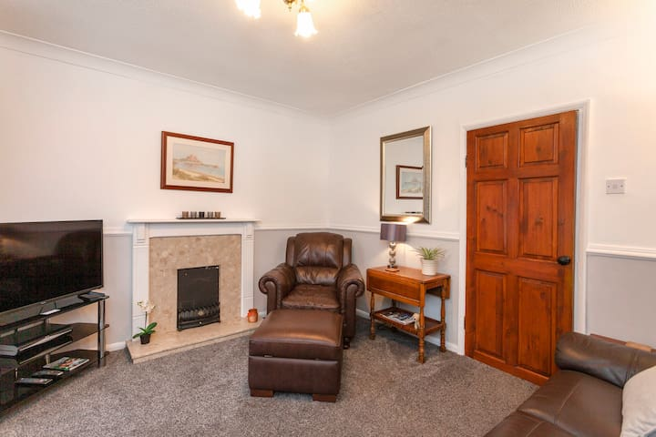 Convenient, Cosy 2 bedroom House in Town Centre