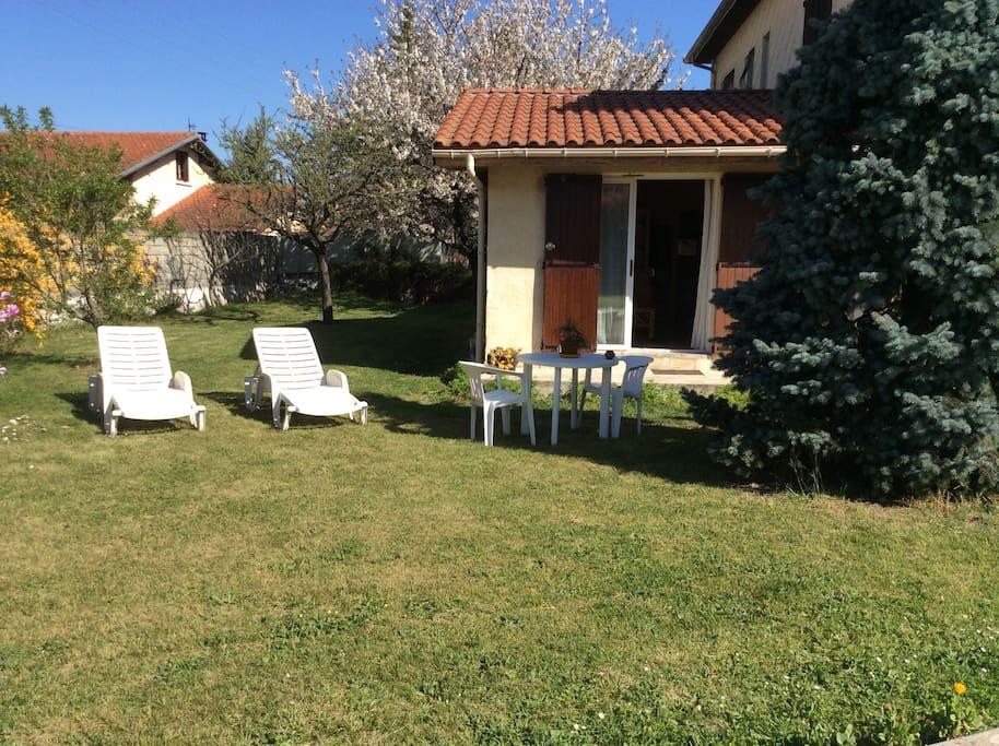studio dans jardin arbor houses for rent in verniolle midi pyr n es france. Black Bedroom Furniture Sets. Home Design Ideas