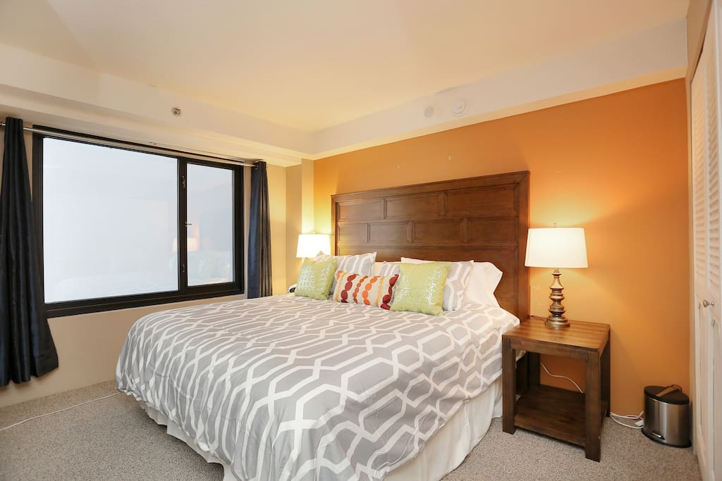 1 king bed perfect for couples or business travellers.