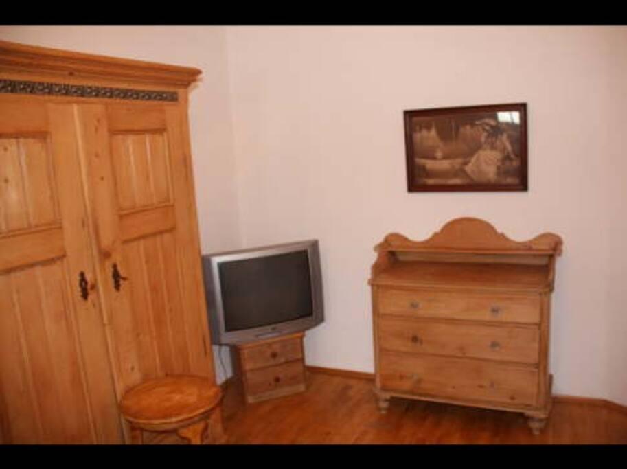 Schlafzimmer mit 2 Einzelbetten  Weichholzmöbeln und Pakettboden