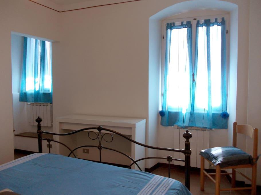 La stanza con le due finestre vista mare