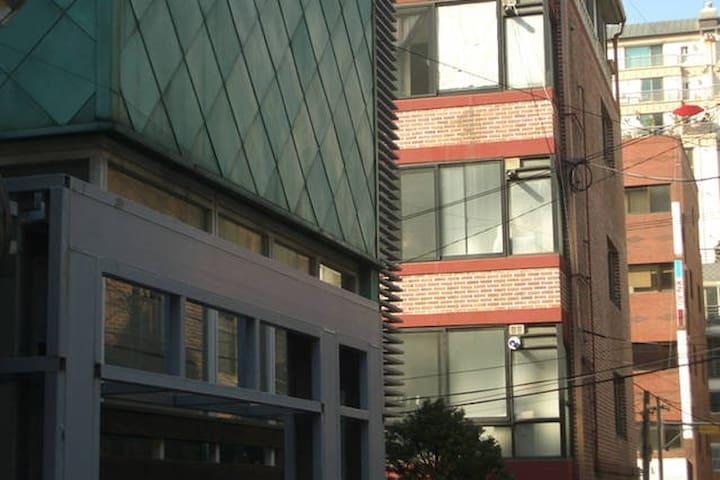 緑色の屋根の建物の次がゲストハウス/Our guest house is next to the green building.