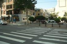停留所から横断歩道を渡る/take crosswalk from bus stop