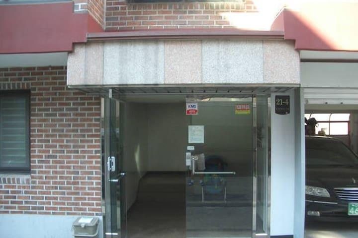 建物の玄関(セキュリティドア)/we have security door lock