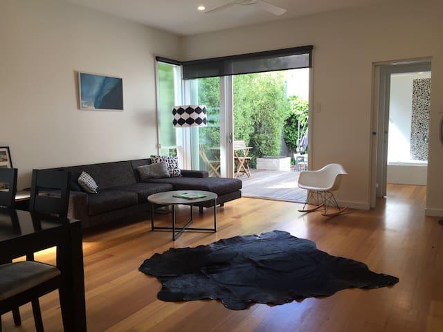 Designer Spacious 2BD House Retreat St Kilda Beach - St Kilda  - Hus