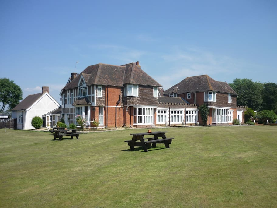 5 acres of gardens with picnic and barbeque areas