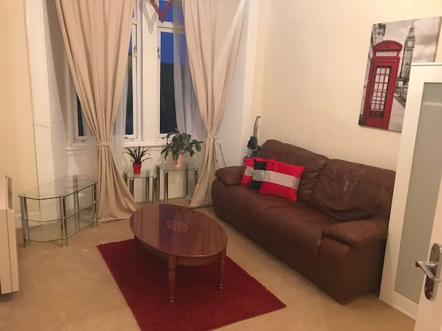 One bedroom flat close to City Centre FREE PARKING