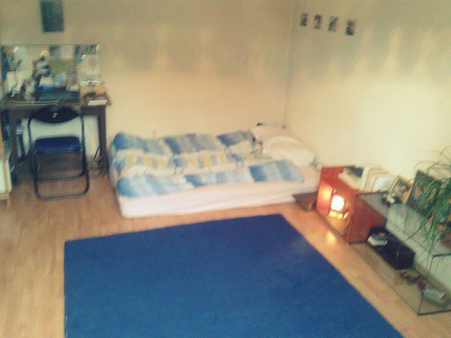 la chambre et le lit au sol