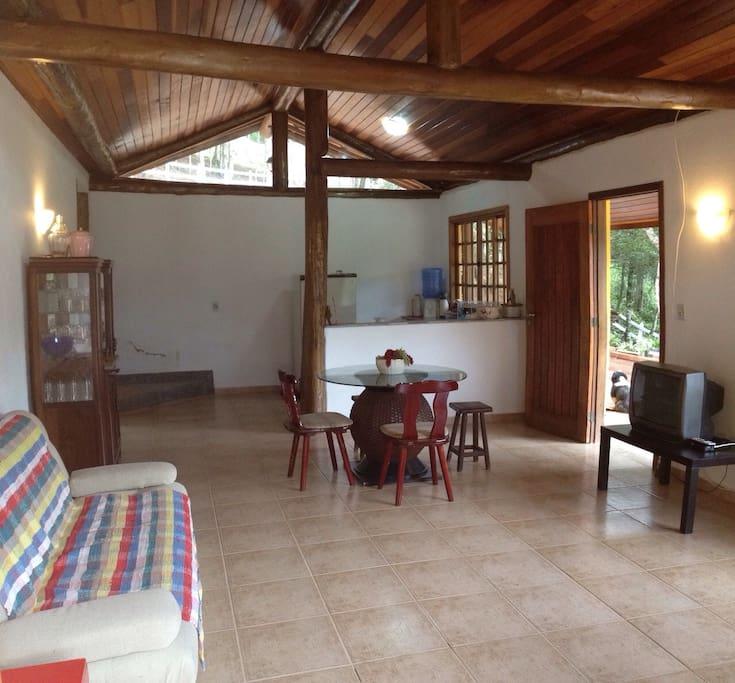 Sala com cozinha no fundo