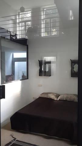Chambre et SDB (entresol), espace très lumineux.