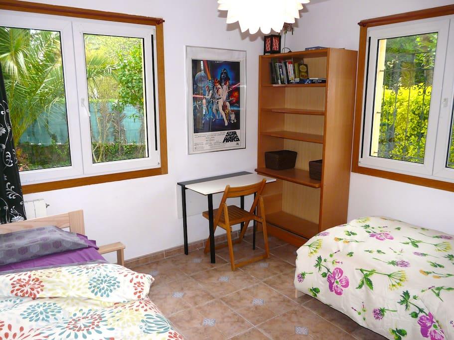 Preciosa habitación con camas dobles nuevas, y colchones nuevos. Vistas al jardín privado.