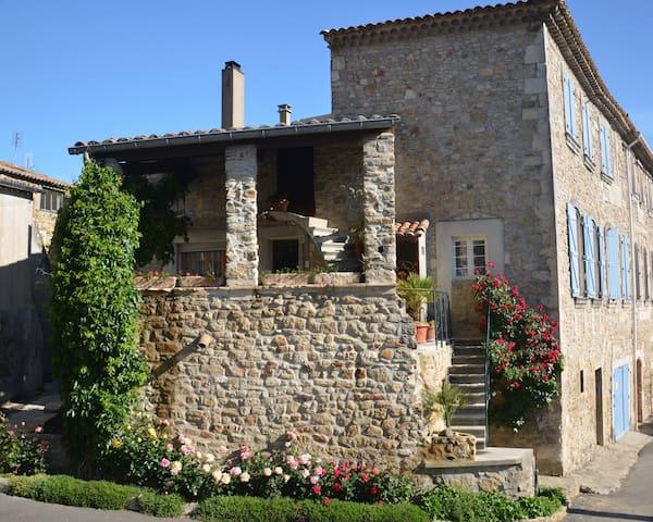 Gite indépendant dans le village - Saint-Julien-de-Peyrolas - House