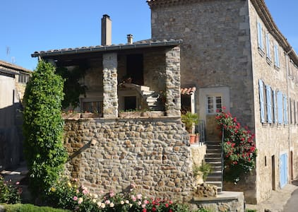 Gite indépendant dans le village - Saint-Julien-de-Peyrolas - Rumah