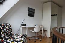 der Stuhl lädt zum gemütlichen Lesen unter der Glasschräge ein... lässt sich aber auch zu einem bequemen Bett umbauen!