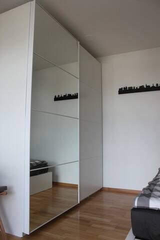 großer Schrank mit Spiegeltüren