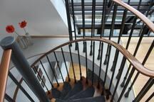 die zweite Ebene wird durch eine Wendeltreppe erreicht.