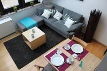 Der Esstisch lässt sich zusammenklappen und auf bis zu 4 Personen erweitern (Stühle vorhanden)