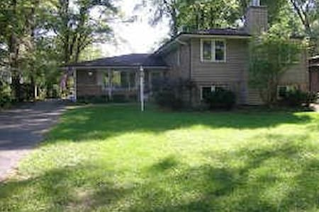 DG 2 Cozy Home Pri Rm w/ Shared Bath - Downers Grove