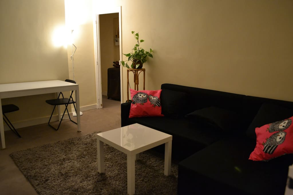 Sitting room, with dining table, sofa and tv