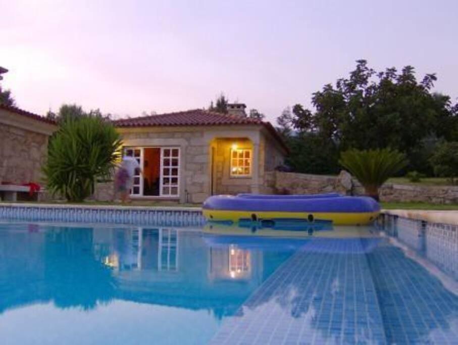 Casa moderna com piscina situada numa bela quinta casas for Casa quinta moderna