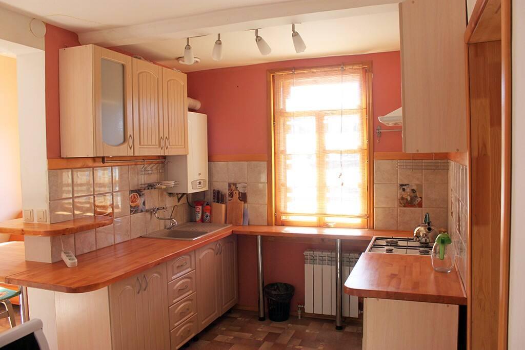 Кухня с плитой, холодильником, микроволновкой