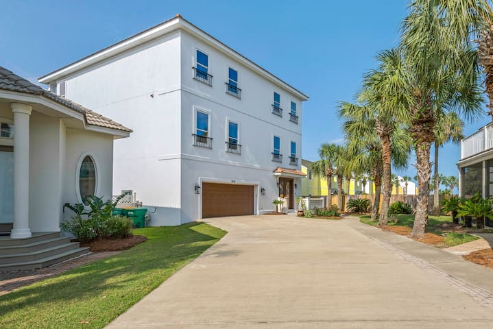 Not your cramped vacation rental!  Mojo is over 5000 sq feet with both lake and gulf views from its sprawling balconies.  Rooms are spacious and common areas are specifically designed to accommodate large-group 'traffic flow' and comfort.