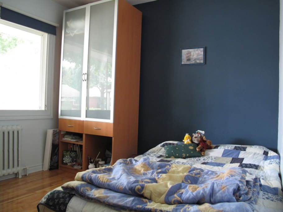 The guestroom, with double bed (linens and pillows provided)