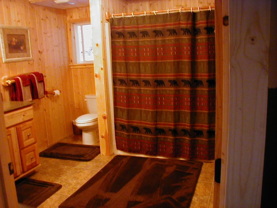 Very large bathroom with tub/shower combo and lots of extra towels