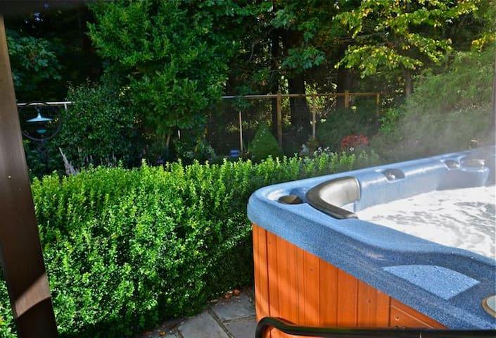 Hot tub! Serene Suite- NR Ocean/Forest/Castle - Victoria - Apartment