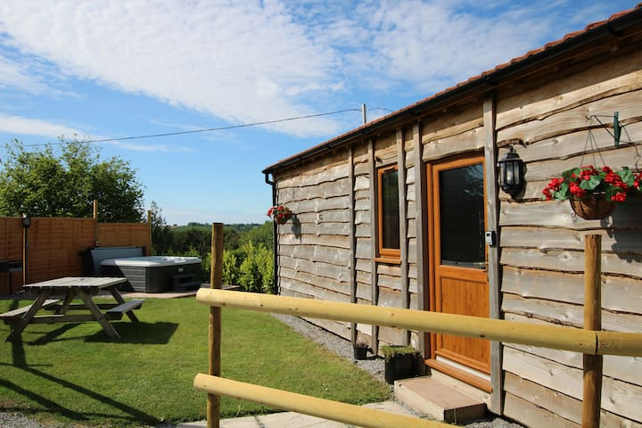 Timber Lodge. Private Hot Tub. BBQ. Near Beach.