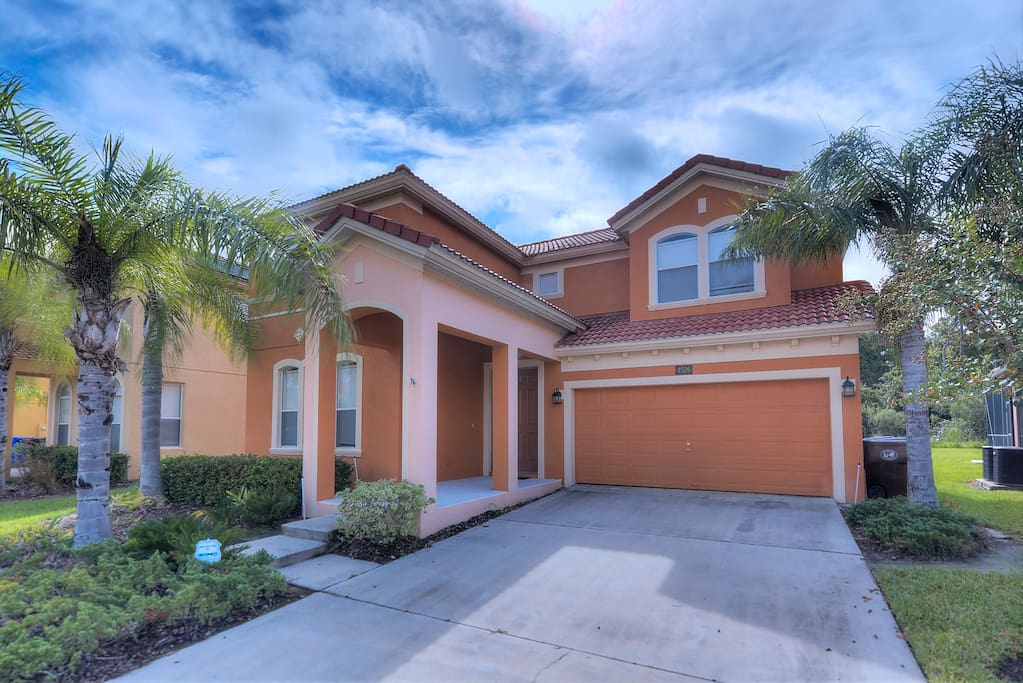 This home is perfectly located on the exclusive Bella Vida resort community, near to Walt Disney World® Resort in Orlando, Florida, with 4 bedrooms and 4 bathrooms.