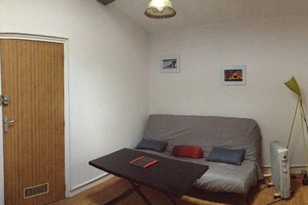 salon avec le canapé lit